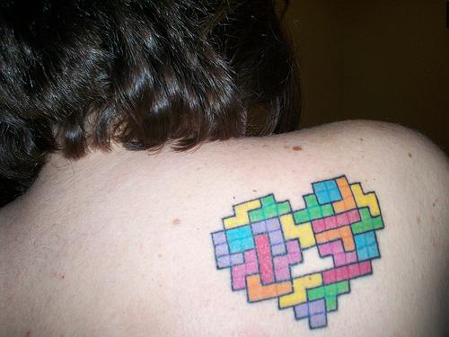 9 tatuaje corazon tetris espalda